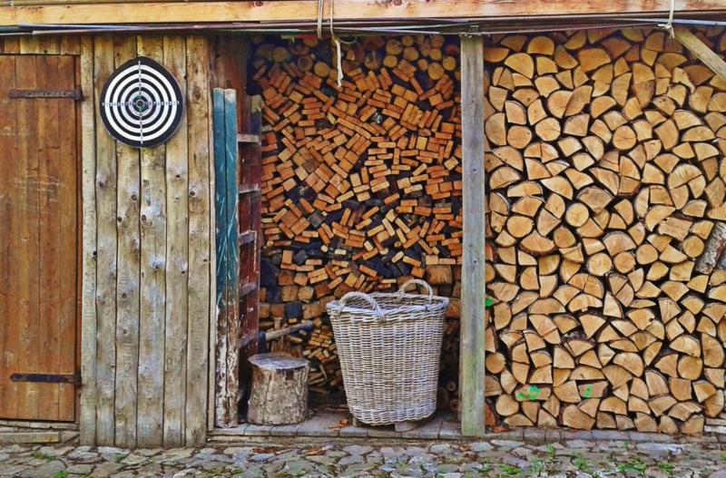 Jak prawidłowo przechowywać drewno opałowe