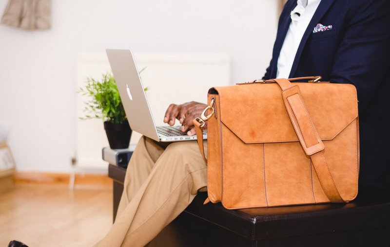 Jak bezpiecznie nosić laptopa w podróży