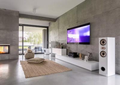 Chcesz podłączyć głośniki do telewizora? Wiemy, jak to zrobić.