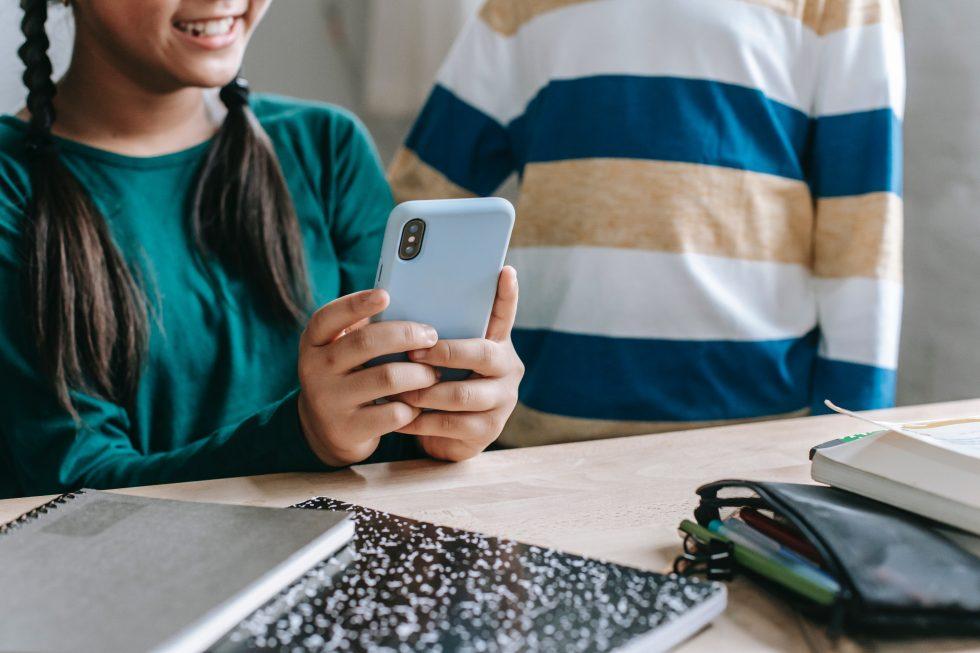 Lepiej nie lekceważyć wyboru pierwszego telefonu komórkowego dla dziecka